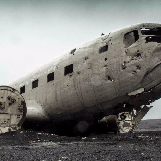 the plane crashed / the plane is (was) crashed
